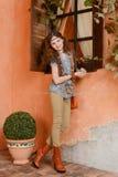 Chica joven cerca de la ventana Imagen de archivo