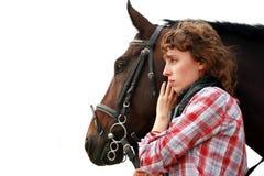 Chica joven cerca del caballo Foto de archivo libre de regalías
