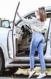 Chica joven cerca del coche de lujo Fotos de archivo