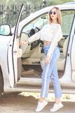Chica joven cerca del coche de lujo Fotos de archivo libres de regalías
