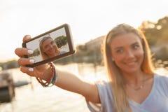 Chica joven cerca del río que toma Selfie Fotos de archivo