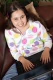 Chica joven chating en la computadora portátil Fotos de archivo libres de regalías