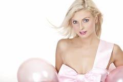 Chica joven como regalo en globos Imagen de archivo