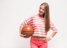 Chica joven con baloncesto Fotos de archivo