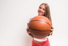 Chica joven con baloncesto Fotografía de archivo libre de regalías