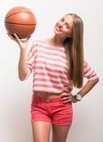 Chica joven con baloncesto Imagenes de archivo