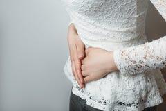 Chica joven con cierre abdominal del dolor para arriba Fotos de archivo