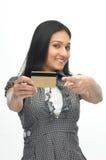 Chica joven con de la tarjeta de crédito Fotos de archivo