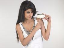Chica joven con de la tarjeta de crédito Foto de archivo
