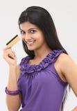 Chica joven con de la tarjeta de crédito Fotografía de archivo libre de regalías