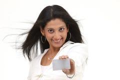 Chica joven con de la tarjeta de crédito Fotos de archivo libres de regalías