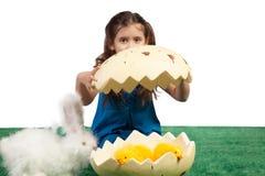 Chica joven con dimensión de una variable y polluelos del huevo dentro Imagen de archivo