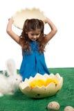 Chica joven con dimensión de una variable y polluelos del huevo dentro Fotografía de archivo