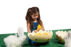 Chica joven con dimensión de una variable y polluelos del huevo dentro imagenes de archivo