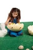 Chica joven con dimensión de una variable y polluelos del huevo dentro Imágenes de archivo libres de regalías