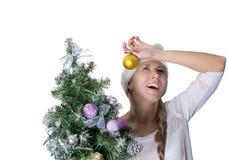 Chica joven con el árbol de navidad Fotos de archivo libres de regalías