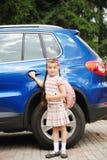 Chica joven con el bagpack rosado listo para ir a la escuela Fotos de archivo libres de regalías