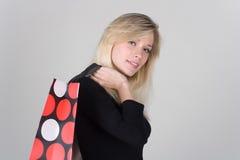 Chica joven con el bolso de compras Foto de archivo libre de regalías