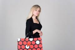 Chica joven con el bolso de compras Fotos de archivo libres de regalías