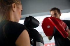 Chica joven con el boxeo del hombre imagen de archivo