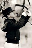 Chica joven con el caballo blanco de la doma Fotografía de archivo