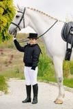Chica joven con el caballo blanco de la doma Imagen de archivo libre de regalías