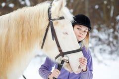 Chica joven con el caballo blanco en bosque del invierno Imágenes de archivo libres de regalías