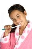 Chica joven con el cepillo de dientes adentro Imagen de archivo libre de regalías