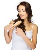 Chica joven con el cepillo para el pelo Imagen de archivo libre de regalías