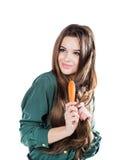 Chica joven con el cepillo para el pelo aislado Fotos de archivo