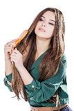 Chica joven con el cepillo para el pelo aislado Fotografía de archivo libre de regalías