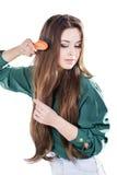 Chica joven con el cepillo para el pelo aislado Imágenes de archivo libres de regalías