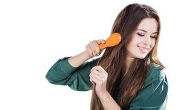 Chica joven con el cepillo para el pelo aislado Sonrisa Fotos de archivo libres de regalías