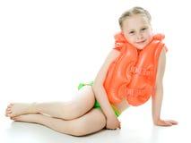 Chica joven con el chaleco salvavidas imagenes de archivo