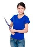 Chica joven con el cojín de la carpeta Imagenes de archivo