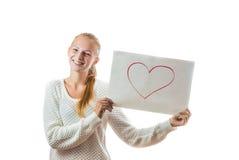 Chica joven con el corazón en la hoja de papel Imagen de archivo