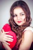 Chica joven con el corazón en manos Fotografía de archivo libre de regalías