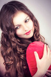 Chica joven con el corazón en manos Fotos de archivo