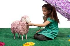 Chica joven con el cordero púrpura del parasol y del juguete Imagenes de archivo