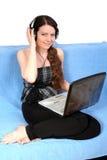 Chica joven con el cuaderno y los auriculares imagen de archivo libre de regalías