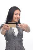 Chica joven con el de la tarjeta de crédito Fotos de archivo