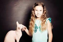 Chica joven con el gato Amistad Imagen de archivo libre de regalías