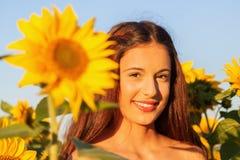 Chica joven con el girasol Foto de archivo libre de regalías
