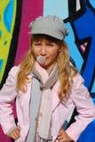 Chica joven con el globo del chicle de globo Fotografía de archivo libre de regalías