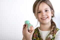 Chica joven con el huevo pintado con el sombrero Fotografía de archivo libre de regalías