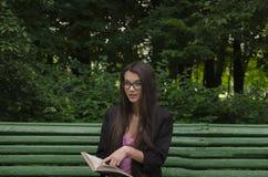 Chica joven con el libro Foto de archivo libre de regalías