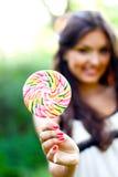 Chica joven con el lollipop Foto de archivo libre de regalías