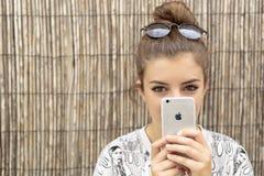 Chica joven con el móvil a disposición Imagen de archivo libre de regalías