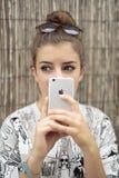 Chica joven con el móvil a disposición Imágenes de archivo libres de regalías