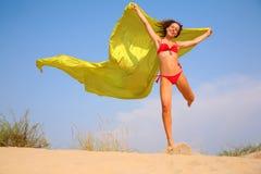 Chica joven con el mantón amarillo de la tela en manos Foto de archivo libre de regalías